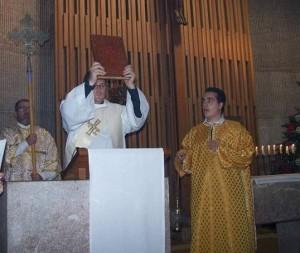 Manuel Gómez Vela, diácono presenta el Evangelio del Señor al pueblo
